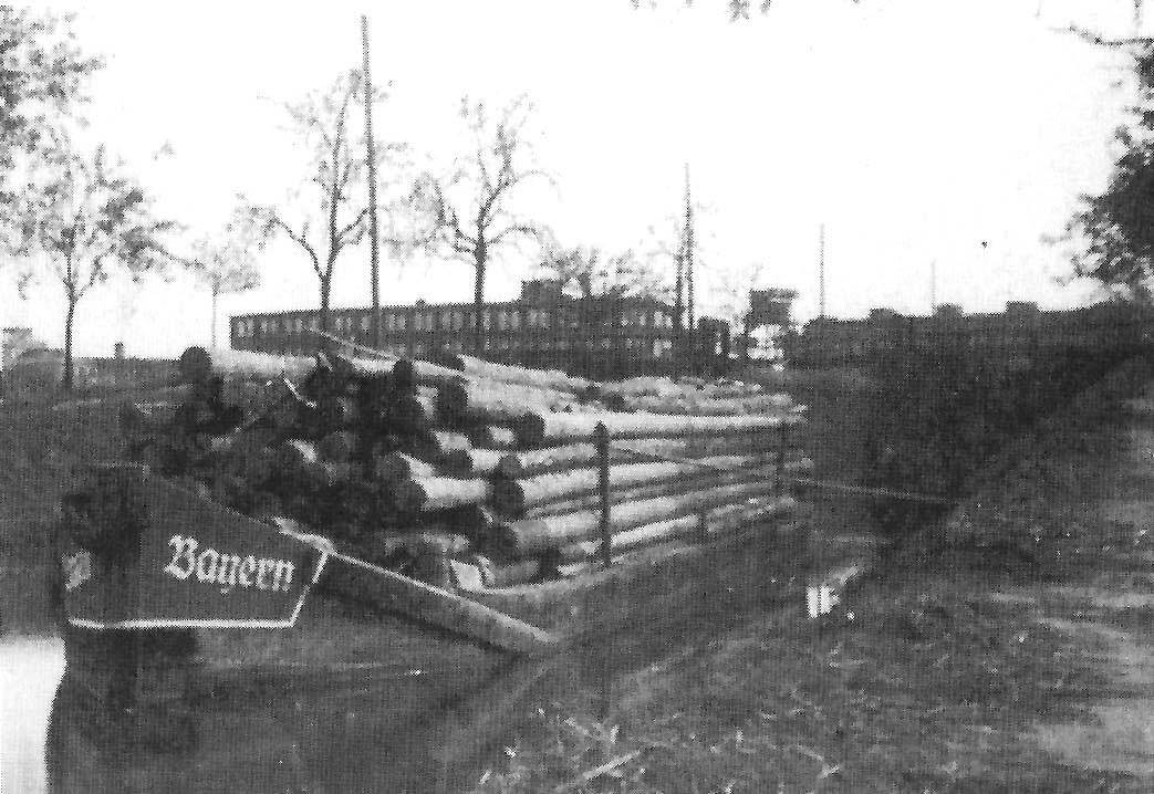 Ein seltener Anblick etwa aus dem Jahr 1940: Treidelschiff auf dem Kanal. Im Hintergrund Betriebsgebäude der Fa. Progress.