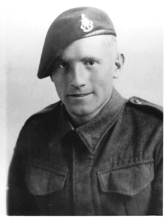 Das offizielle Militärfoto: Kenneth Lincoln mit dem Abzeichen seines Tarnregiments am Barett