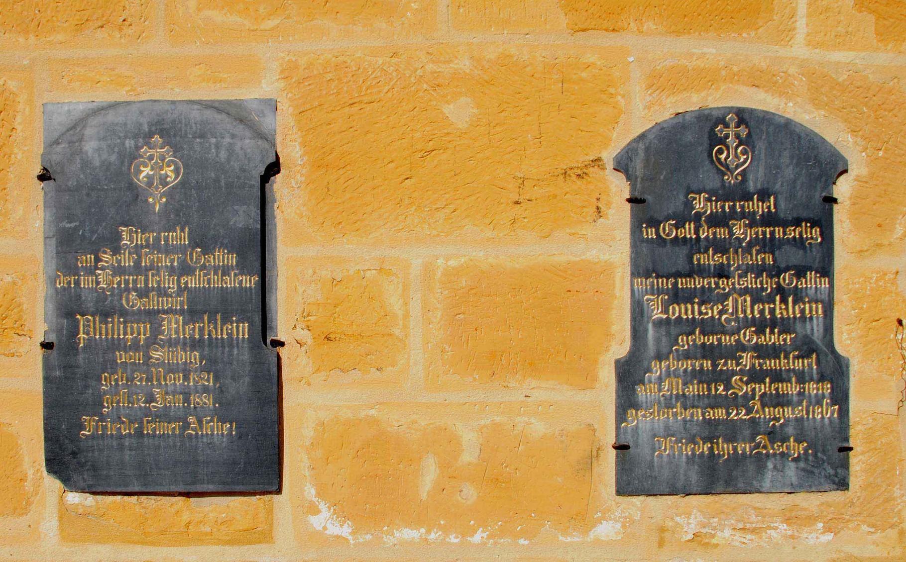 Grabtafeln an der Kirche...