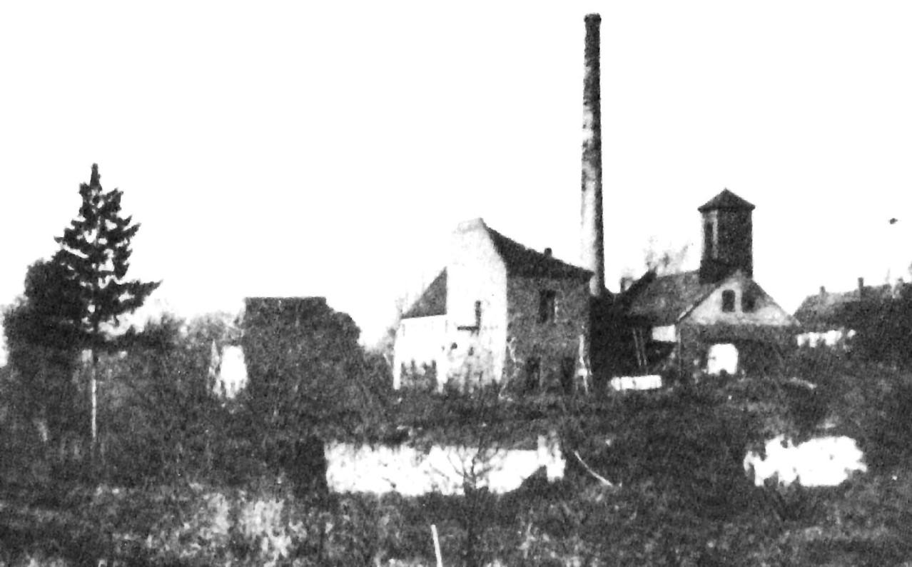Die übriggeblieben Restbauten. Rechts das Feuerwehrhaus