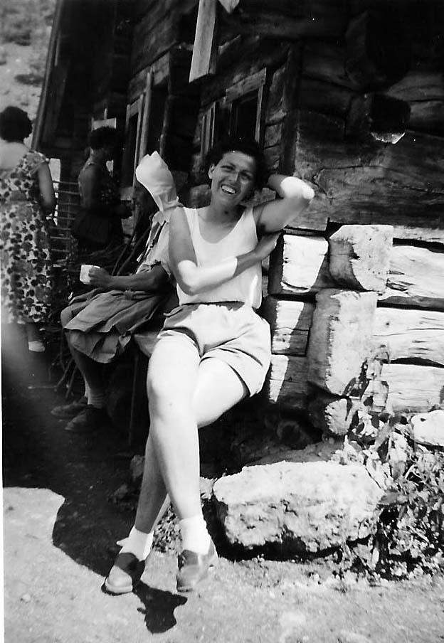 Betty an einer Kaserhütte im Berchtesgadener Land...