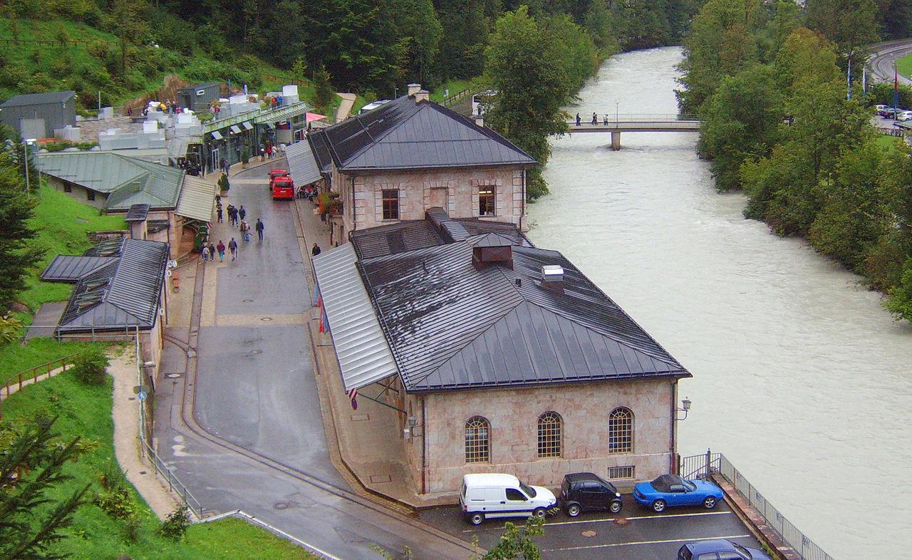 Die Verwaltungsgebäude des Salzbergwerks heute. Dahinter die Berchtesgadener Ache (Wikipedia Commons))