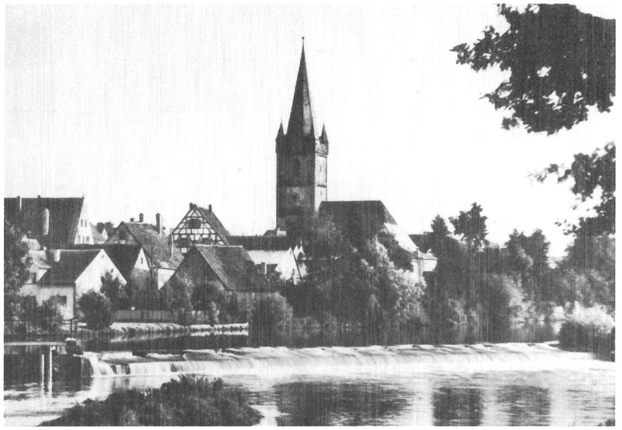 Oberhalb des Wehrs vom linken Ufer vor der Kirche befuhren wir die Regnitz mit Kanu und Floß.