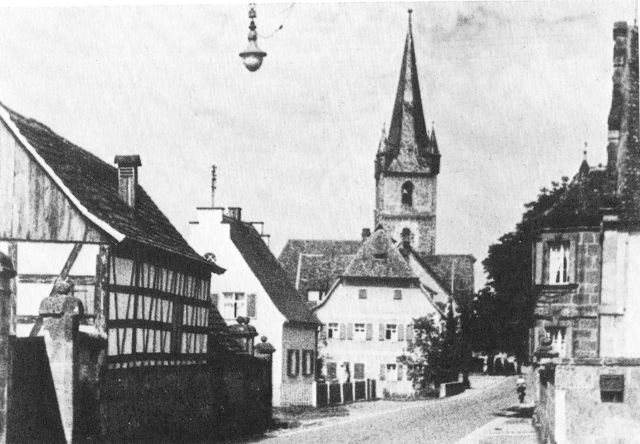 """Die Kreuzung Fürther-/Tennenloher Straße mit Giebelerker des """"Keltschenschloss""""-Gebäudes"""