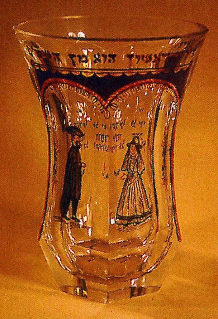 Typischer jüdischer Hochzeitbecher des 18. Jahrhunderts mit Brautpaar in jüdisch-fränkischer Tracht