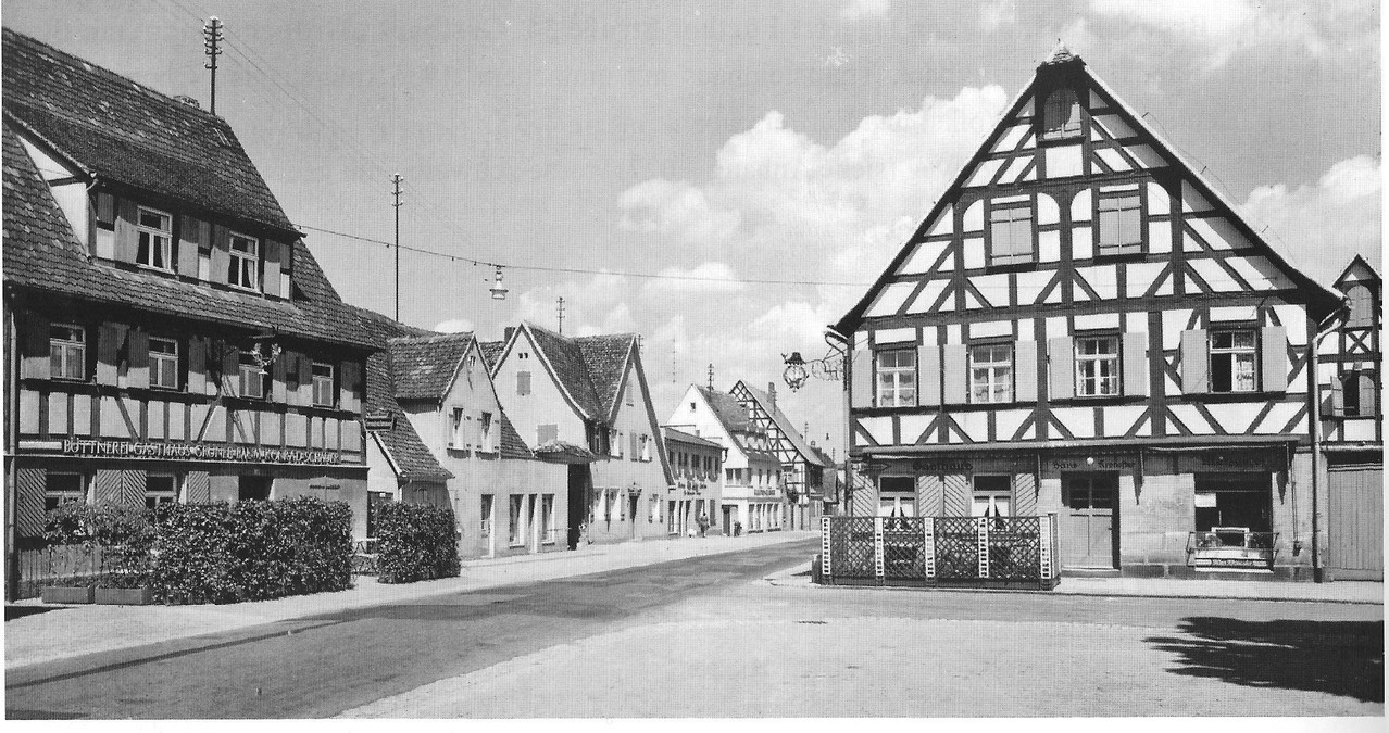 Blick vom Marktplatz in die Fürther Straße Richtung Norden, ca. 1955. Links Gasthaus Schauer, rechts Gasthaus und Metzgerei Kronester