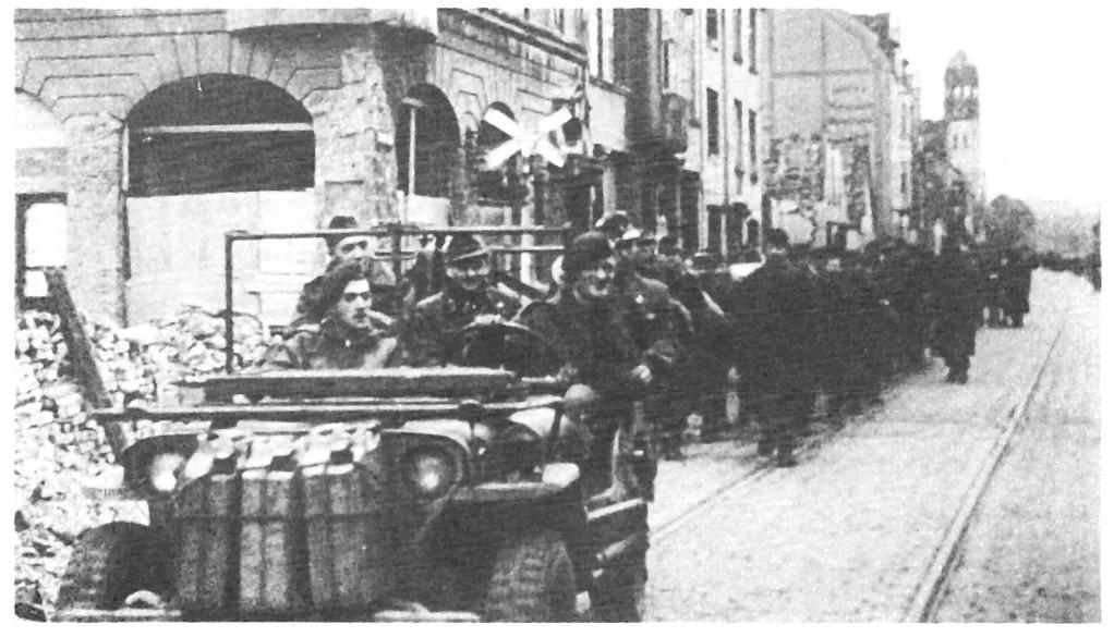 """Als Beifahrer vorne im Jeep: Corporal Ian Harris, """"der Held von Osnabrück"""""""