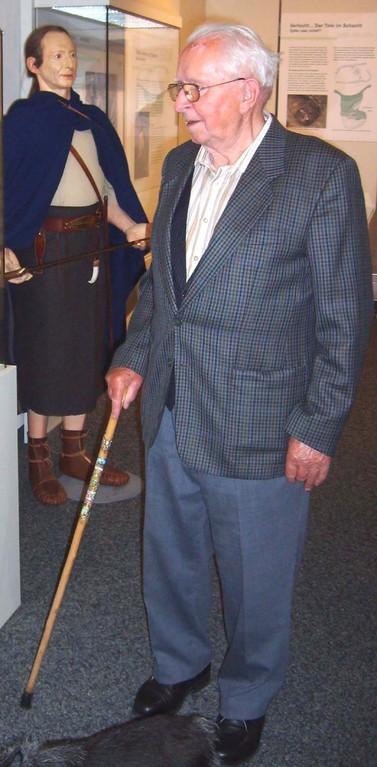 Der frühere NHG-Mitarbeiter Georg Jöst 2009 in der Vorgeschichtsabteilung des  Naturhistorischen Museums