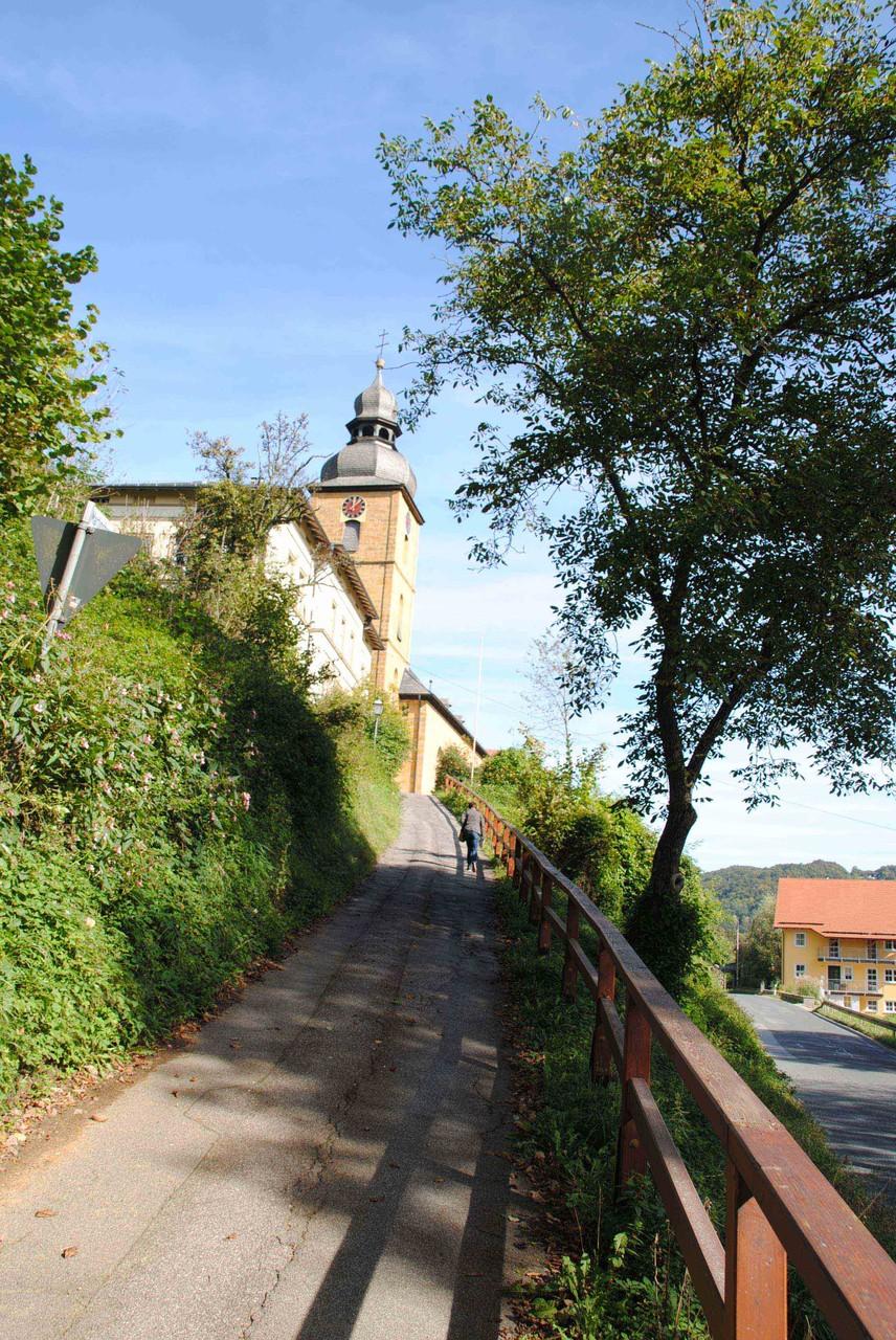 Aufgang zur Kirche Sankt Martin: Gründung der Merowinger, Urpfarrei um 800 n. Chr., heutige Bausubstanz: um 1400 und 1700