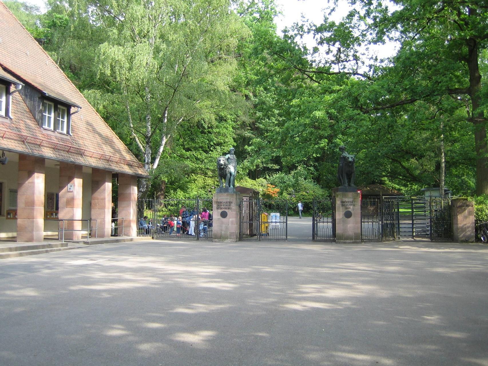 """Vorplatz des 1939 eröffneten """"Tiergarten am Schmausenbuck"""" (Wikipedia/janericloebe)"""