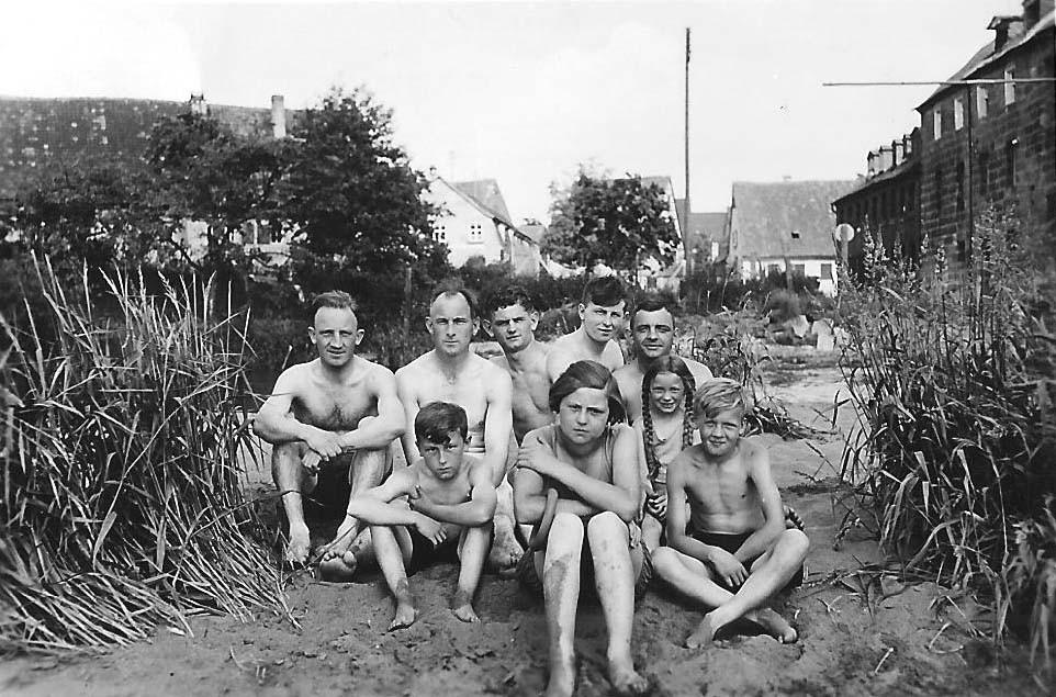 Mein Großvater und mein Vater (die Zweiten von links) auf der Sandbank