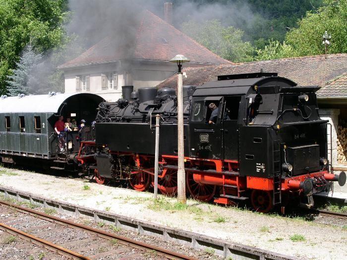 Die heutige Museumsbahn beim Halt am Bahnhof Muggendorf
