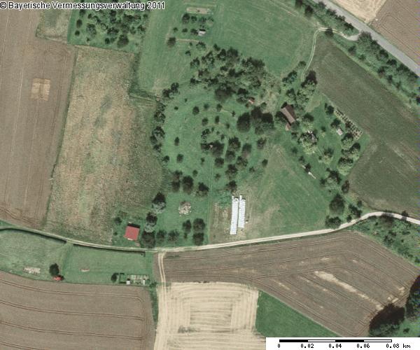 """Das Bodendenkmal """"Hundsdruck"""" bei Happurg im Satellitenbild: kreisförmige, in Geländestufen ansteigende Bodenformation mit annähernd 80 Metern Durchmesser"""