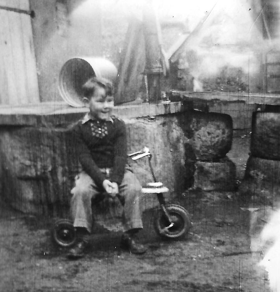Am Brunnen auf dem von Hansi Müller gern entwendeten Dreirad
