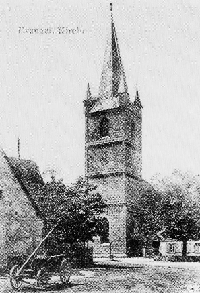 Um 1900: Kirche mit Linde und Pumpbrunnen auf dem Marktplatz