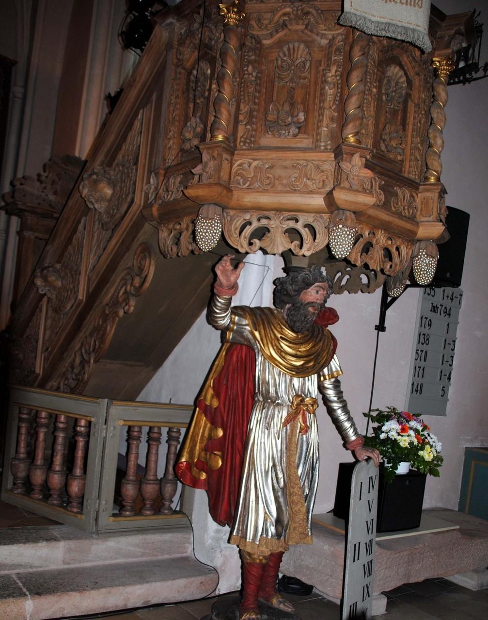 Die Kanzel stammt aus dem Jahr 1680 und wurde vom Brucker Schreinermeister Samuel Hartmann gefertigt.