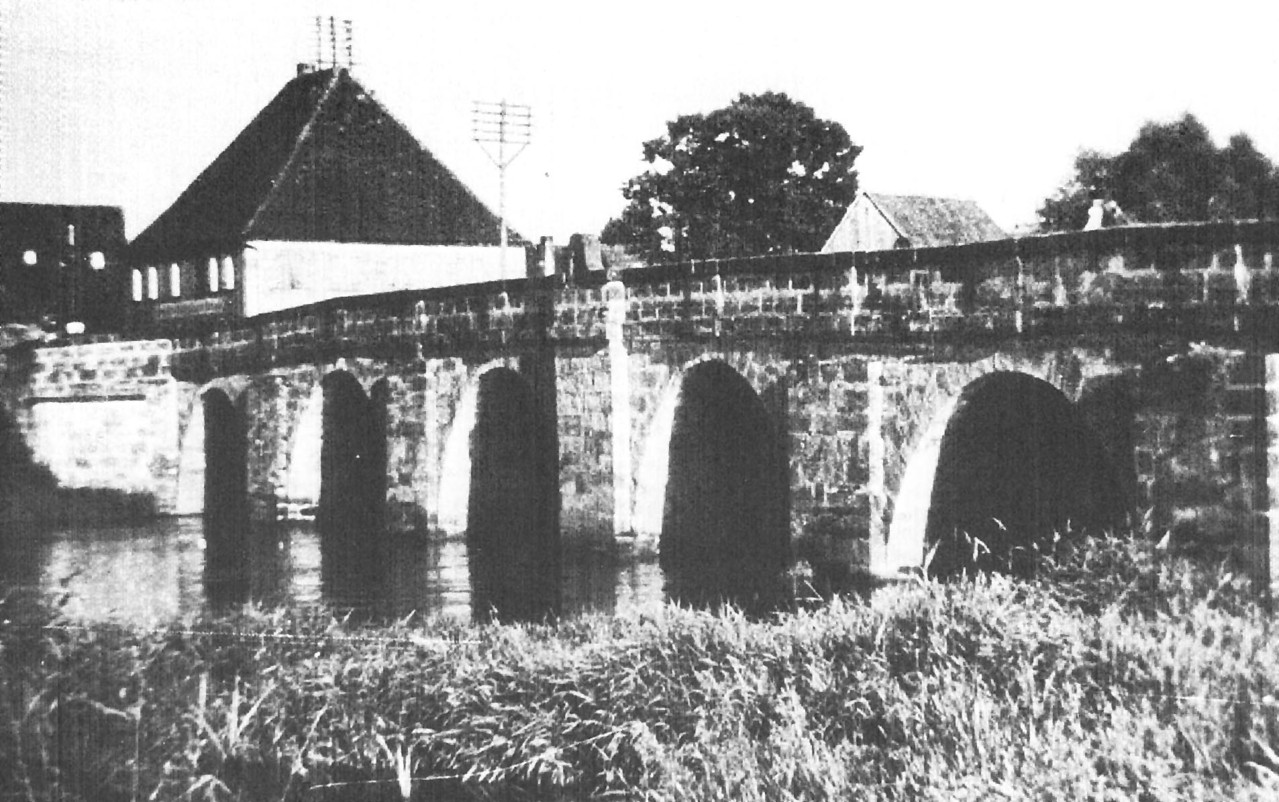 """Alte Regnitzbrücke mit Zollhaus/Gasthaus """"Ritter Sankt Georg"""" im Hintergrund."""