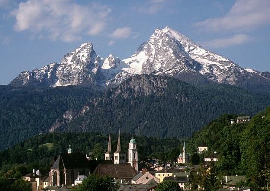 Keimzelle Berchtesgadens war eine Klostergründung von Berengar I, Graf von Sulzbach, als Augustiner-Chorherrenstift um 1110. Das Kloster wurde zur Fürstpropstei. In der Bildmitte die Türme der Stiftskirche.