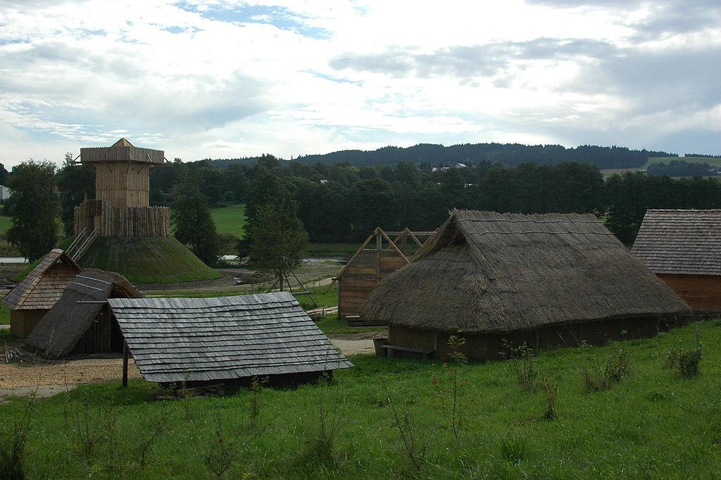 Geschichtspark Bärnau: Häuser des Frühmittelalterdorfs