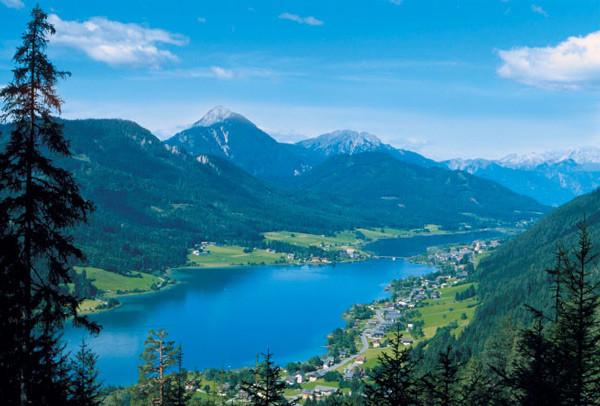 Südkärnten: der Weißachsee vor den Gailtaler Alpen