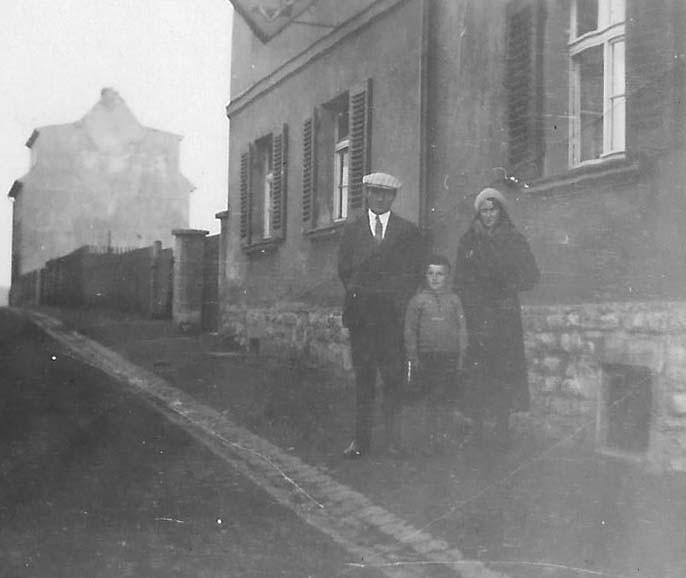 ... etwas älter mit den Eltern vor dem Wohnhaus