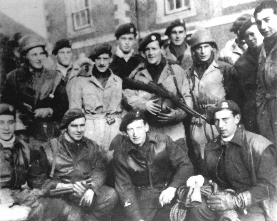 In Deutschland, April 1945: Angehörige des 3. Trupp, die sonst auf verschiedene Commandoeinheiten verteilt sind, vereint zum Gruppenfoto