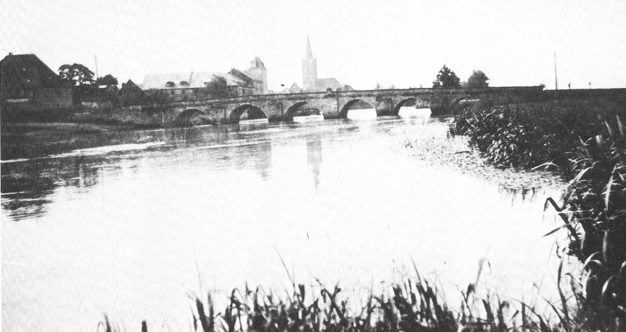 Blick aus Norden auf die im 18. Jahrhundert erbaute markgräfliche Steinbrücke. Bei Kriegsende gesprengt.