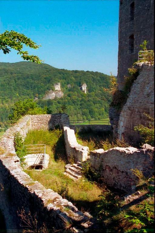 """Blick ins Innere des um 1480 errichteten """"Neuen Hauses"""". Darin befanden sich die Burgküche und Stallungen"""