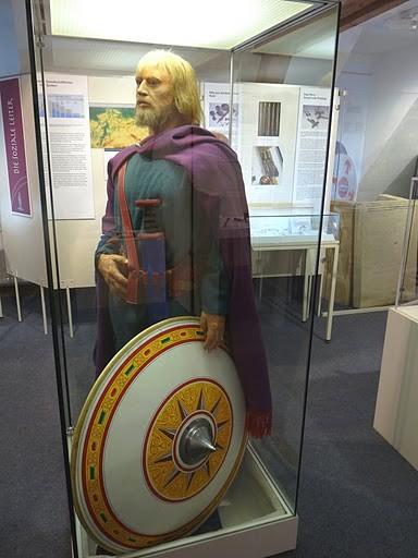 Rekonstruktion des Fürsten, der den Gürtel mit dem Beschlag getragen haben könnte.