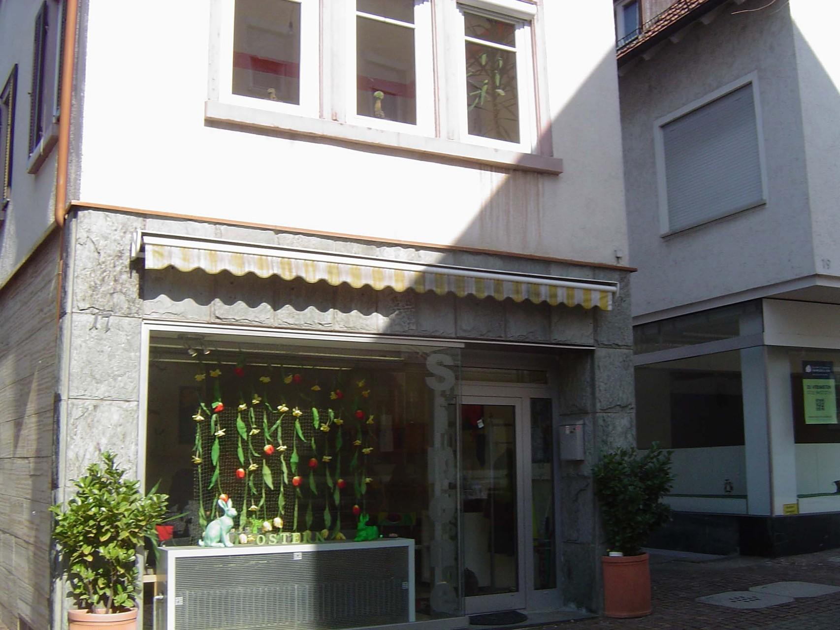 Straßenseite mit Ladenfenster und -tür der ehemaligen Bäckerei/Tchibo-Filale im Erdgeschoss, darüber mein damaliges Zimmer (Foto: Ertl)