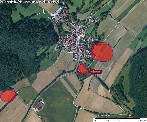 """Bodendenkmal-Markierungen des Landesamts für Denkmalpflege. Der Pfeil zeigt auf eine vermutete """"Wüstung"""" des Spätmittelalters"""