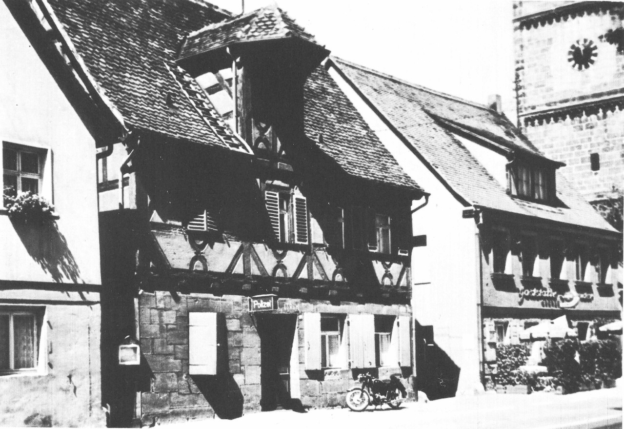 Die Polizeiwache im alten Rathaus, ca. 1960. Vor dem Haus: das Dienstmotorrad des legendären Wachtmeisters Schlegel.