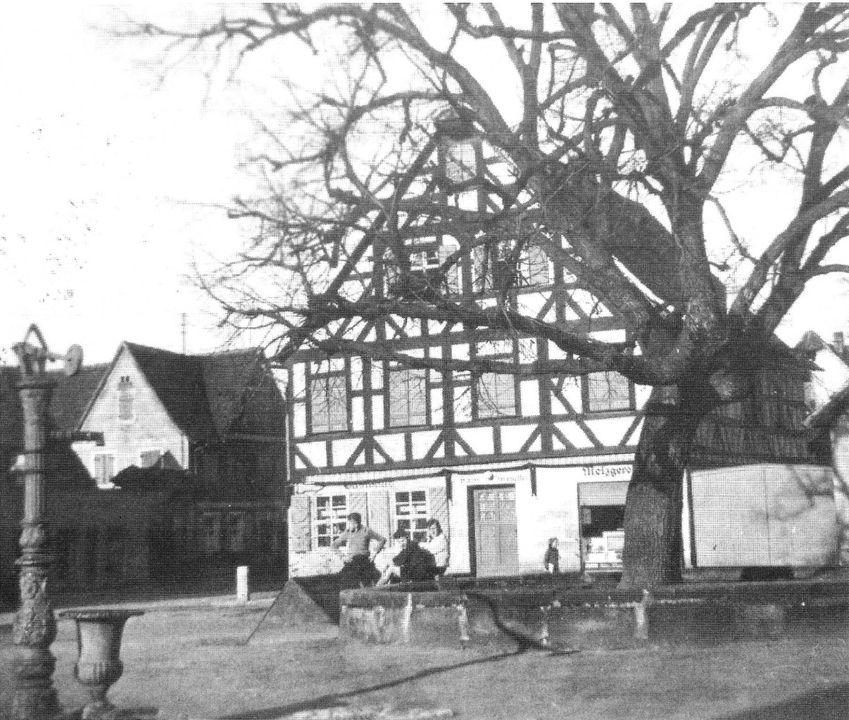 Der Pumpbrunnen bei der Linde am Marktplatz, ca. 1940.