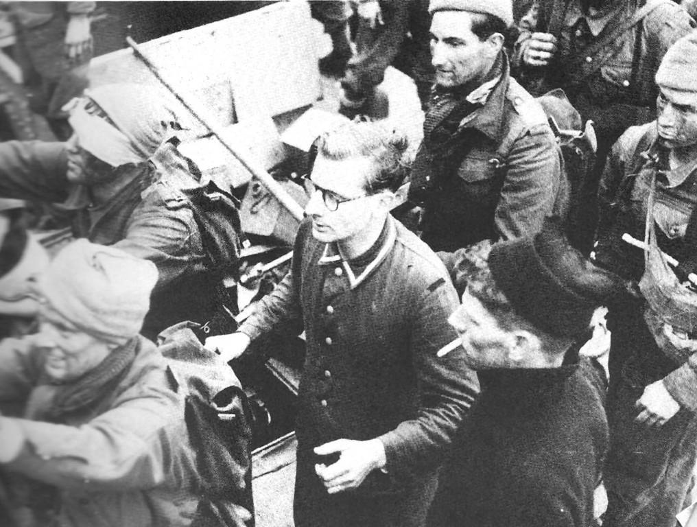 Rückkehr vom Angriff mit deutschem Gefangenen