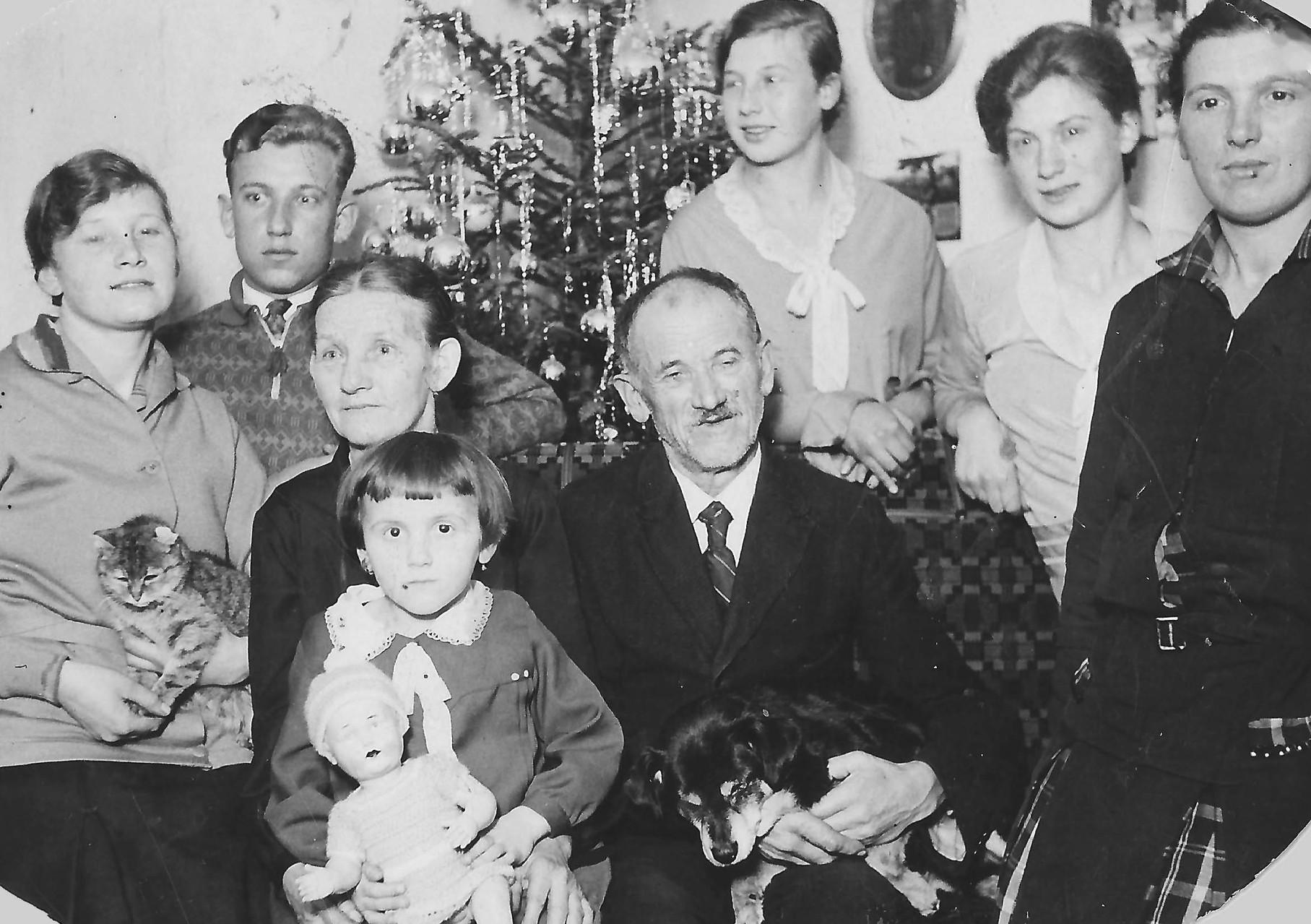 Johann Karl mit seiner Ehefrau Katharina, fünf ihrer Kinder und einer Enkeltochter, ca.1929. Das fehlende sechste Kind (mein Großvater) dürfte der Fotograf gewesen sein.