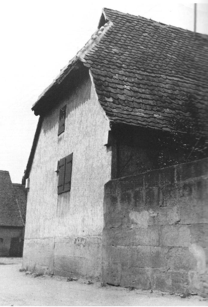 Diese Scheune und Mauer standen gegenüber dem Pfarr-Kirschgarten. Dessen Mauer war ebenso hoch.