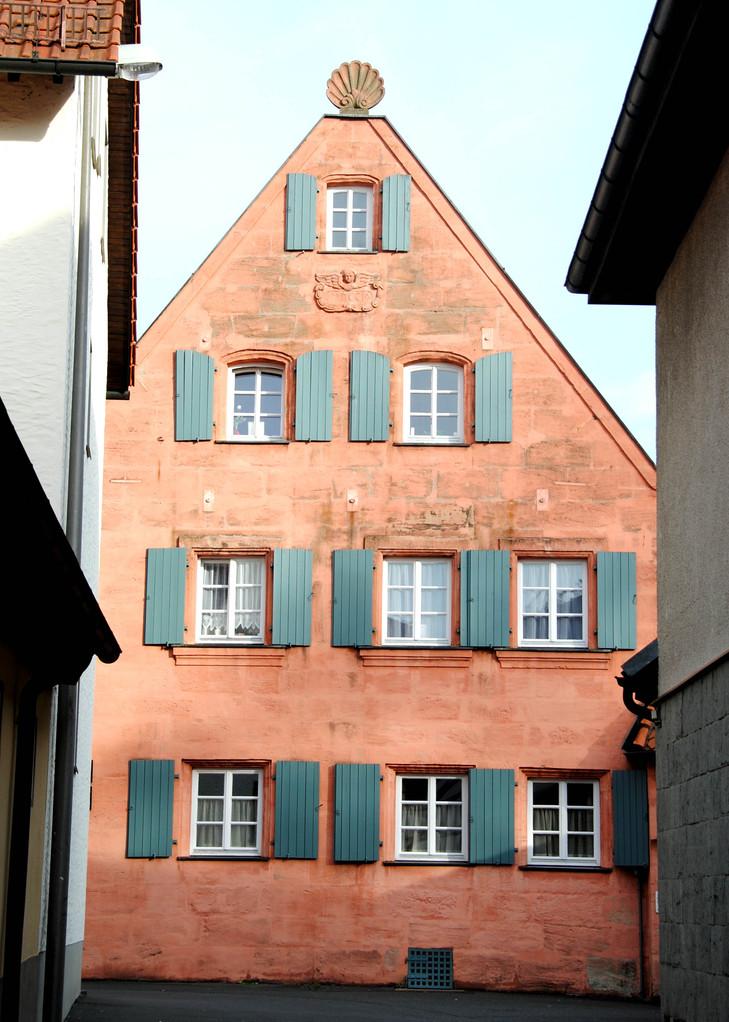 Pfarrhaus-Giebelseite mit Muschelaufsatz und Medaillon, bezeichnet 1716.