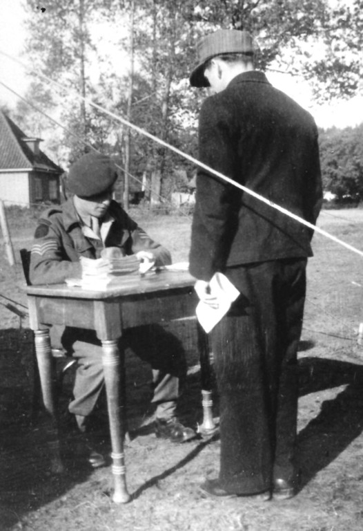 Beim Überprüfen von Wehrmachtsangehörigen 1946