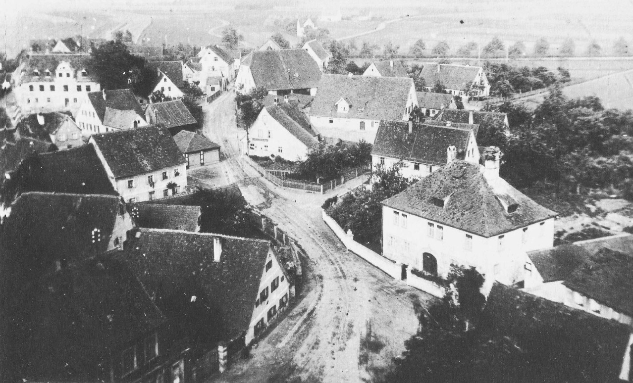 """Das """"Schlösschen"""" vom Kirchturm herab gesehen. Links oben Gasthaus """"Goldenes Herz"""" von R. Dörfler."""