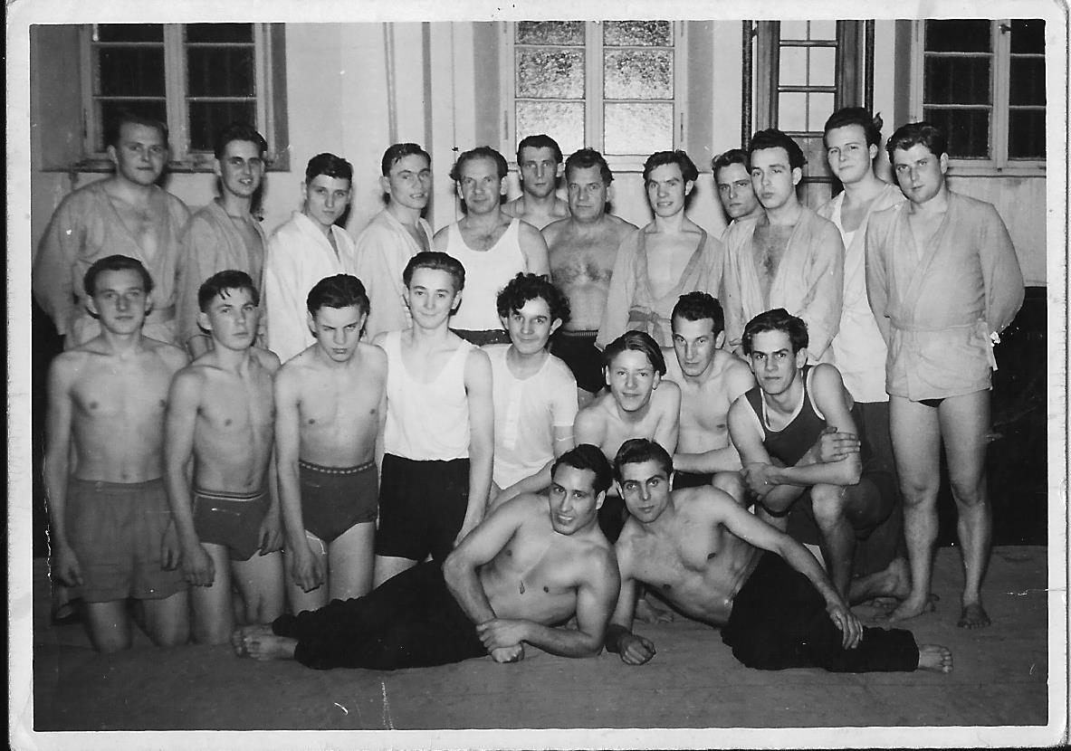 Mein Vater ( 2. v.r., 2. Reihe) und sein Schwager (rechts, liegend) mit den Sportfreunden der Judogruppe