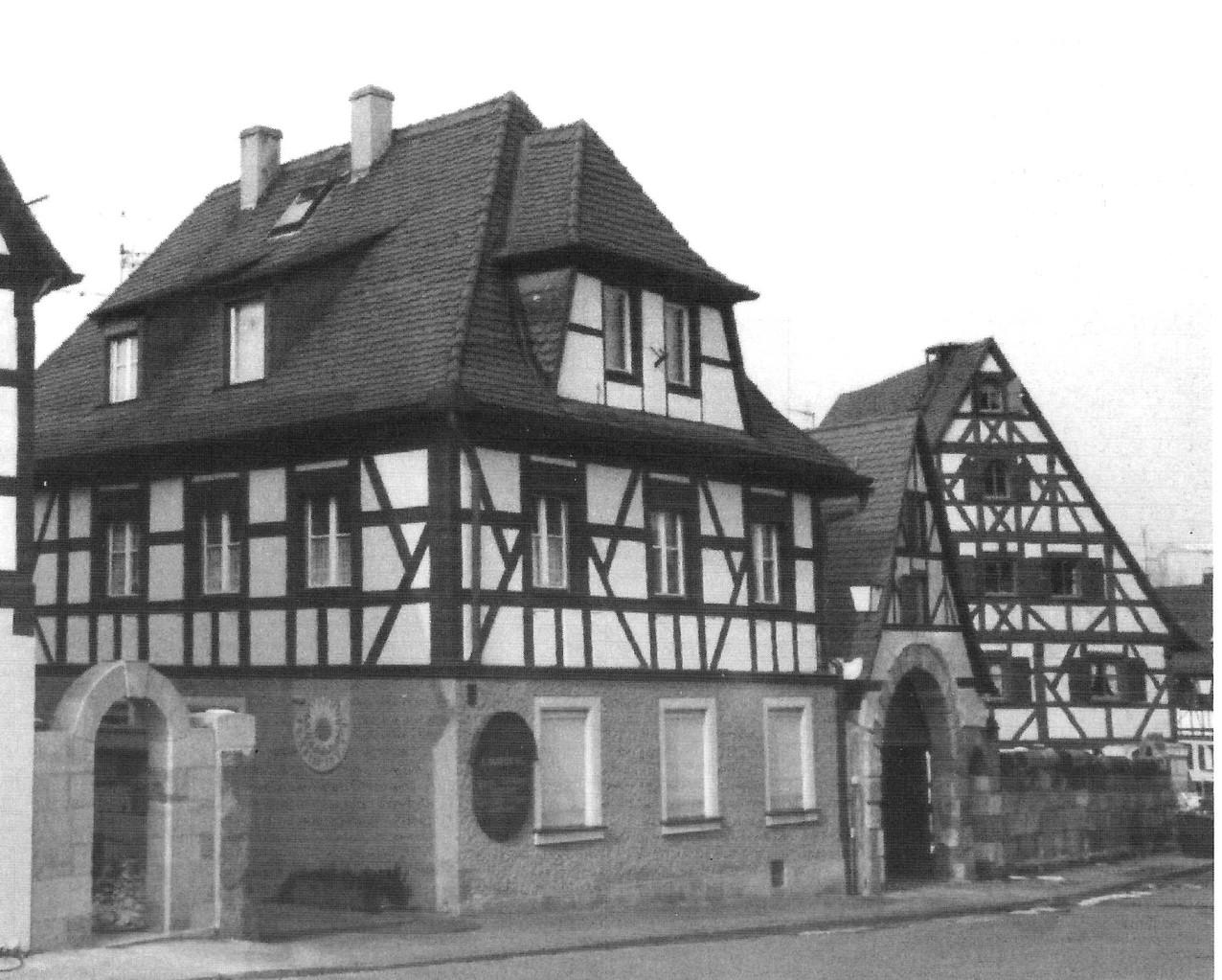 Rechts im Bild: renoviertes Torhaus, Mauer und Wohngebäude