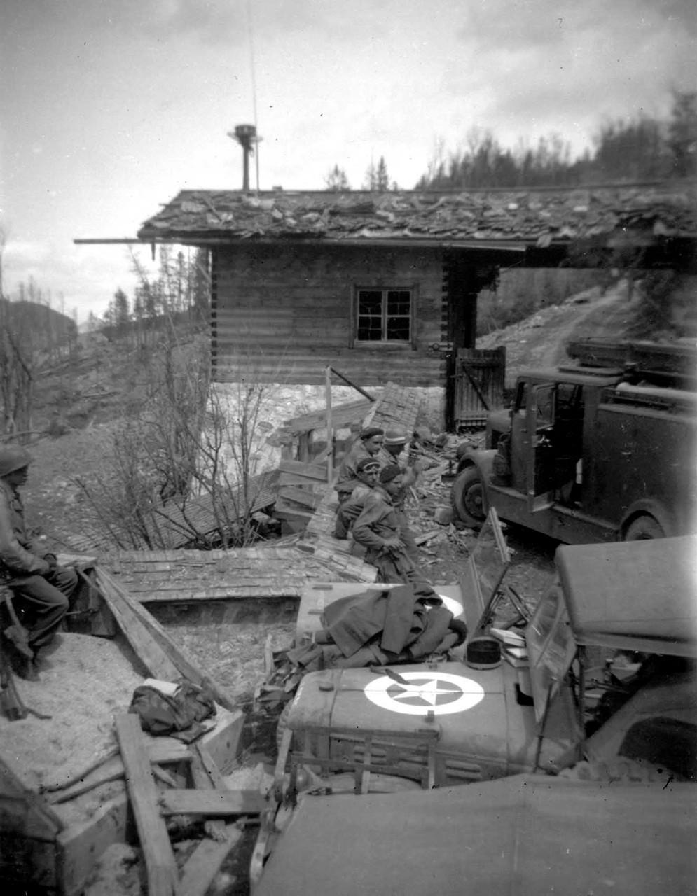 Am Kriegsende: alliierte Soldaten am Torhaus zum Berghof
