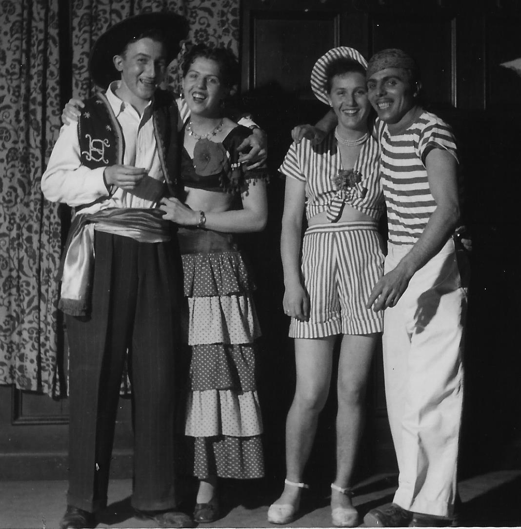 In selbst geschneiderten Faschingskostümen: Ottilie und Betty mit Männern