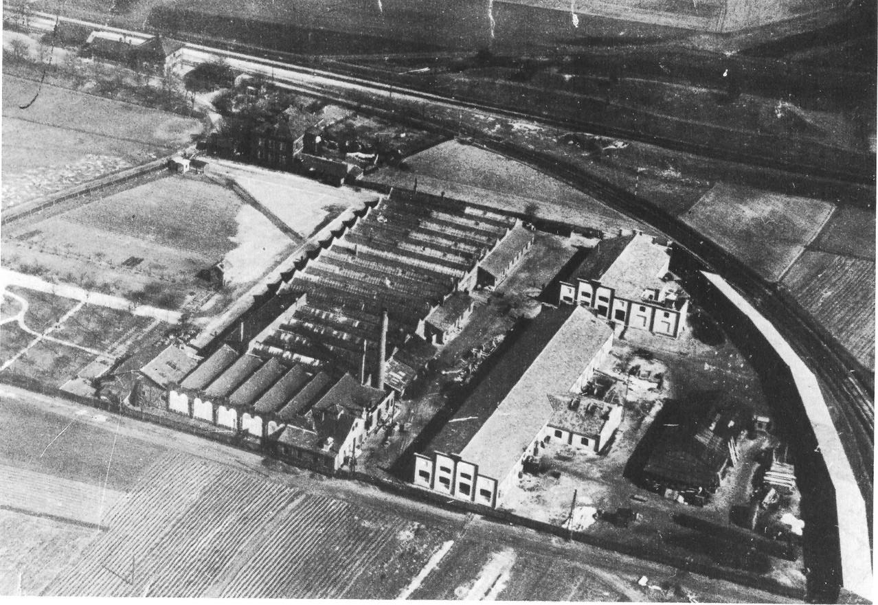 """Das Betriebsgelände der """"Progress-Werke""""; später Georg Friedrich Hofmann Apparatebau; später Frieseke & Höpfner. Oben links der Brucker Bahnhof, rechts im Bild das Abzweiggleis der Nebenbahn nach Herzogenaurach."""