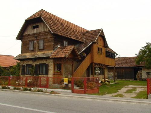 """Lekenik: typisches Holzhaus im Baustil des 19. Jahrhunderts. Am Ort wurden 1971 große Teile des Films """"Fiddler on the Roof"""" gedreht"""
