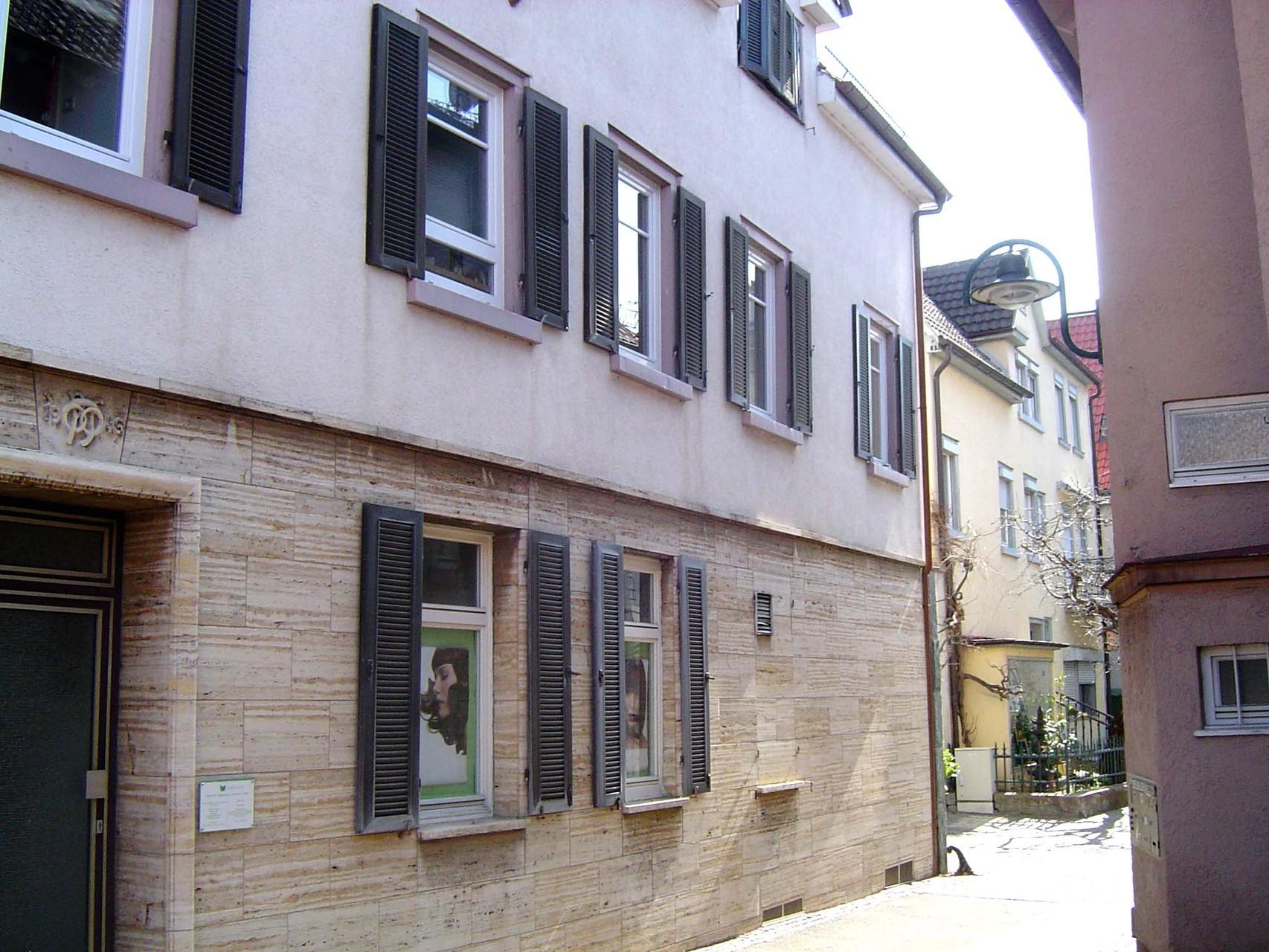 Bauflucht des Hauses Widdersteinstraße 17 aus der Seitengasse. Links über der Tür das Bäcker-Handwerkszeichen. Im Obergeschoss einige Fenster der langgestreckten Wohnung. (Foto: Ertl)