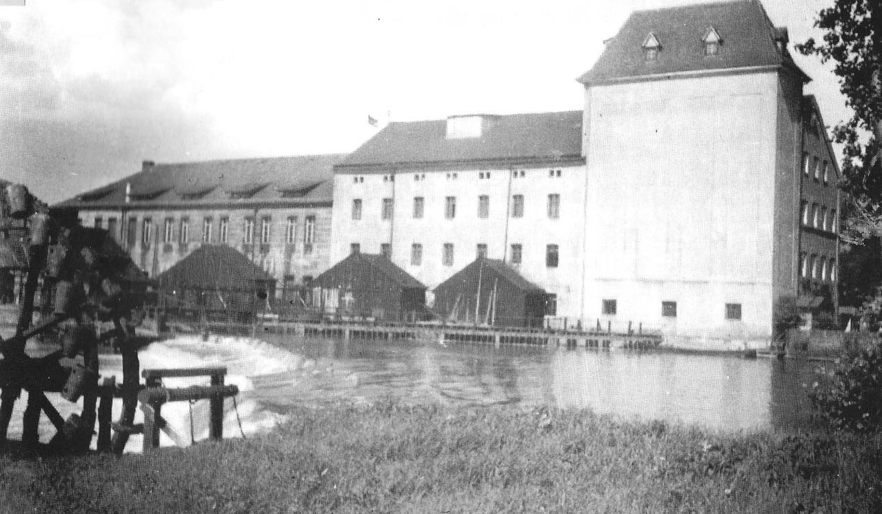 Das Wasser-Schöpfrad gegenüber der Mühle zur Bewässerung der Regnitzwiesen.