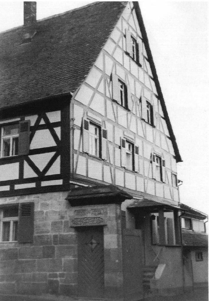 Teilansicht des Volland-Hauses und Toreinfahrt zur Spritzguss-Fabrik