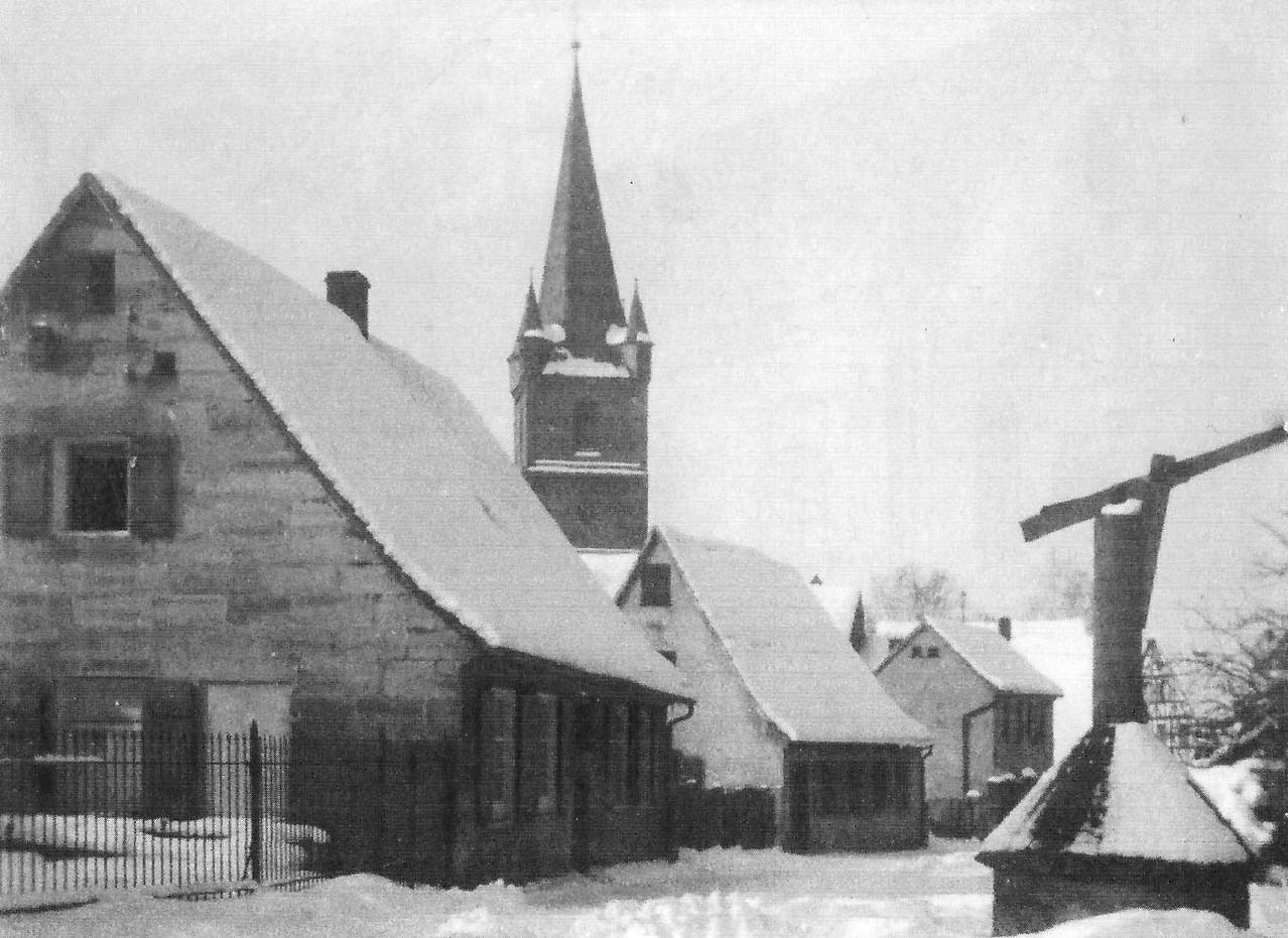 Die Sandbergstraße mit dem altem Schulbrunnen, ca. 1950.