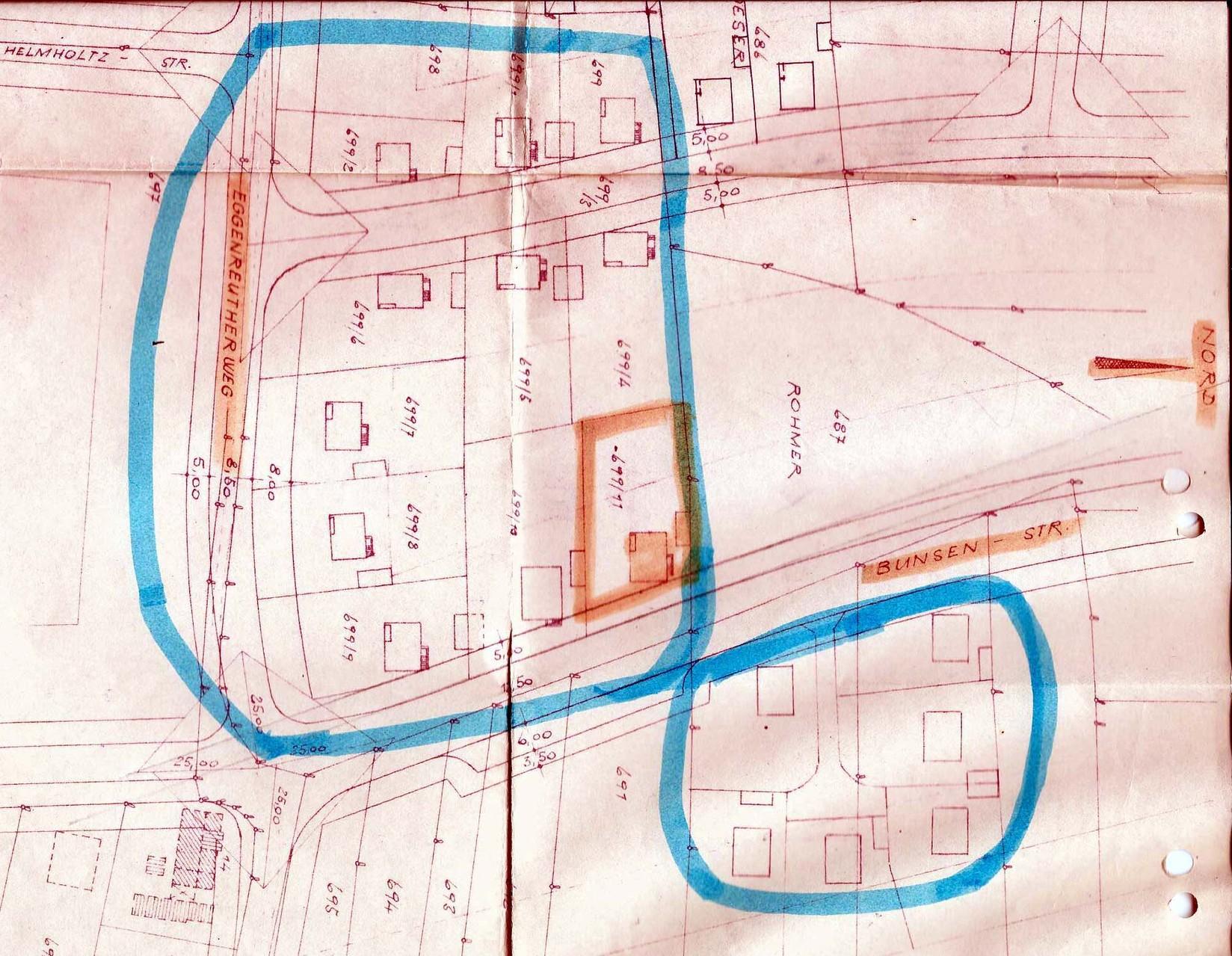 Grundstücks-Lageplan des Siedlungsareals im Osten Brucks. Blau umrandet: das Neubaugebiet der 17 Siedlerhäuser. Orange markiert: unser Eckgrundstück und Haus